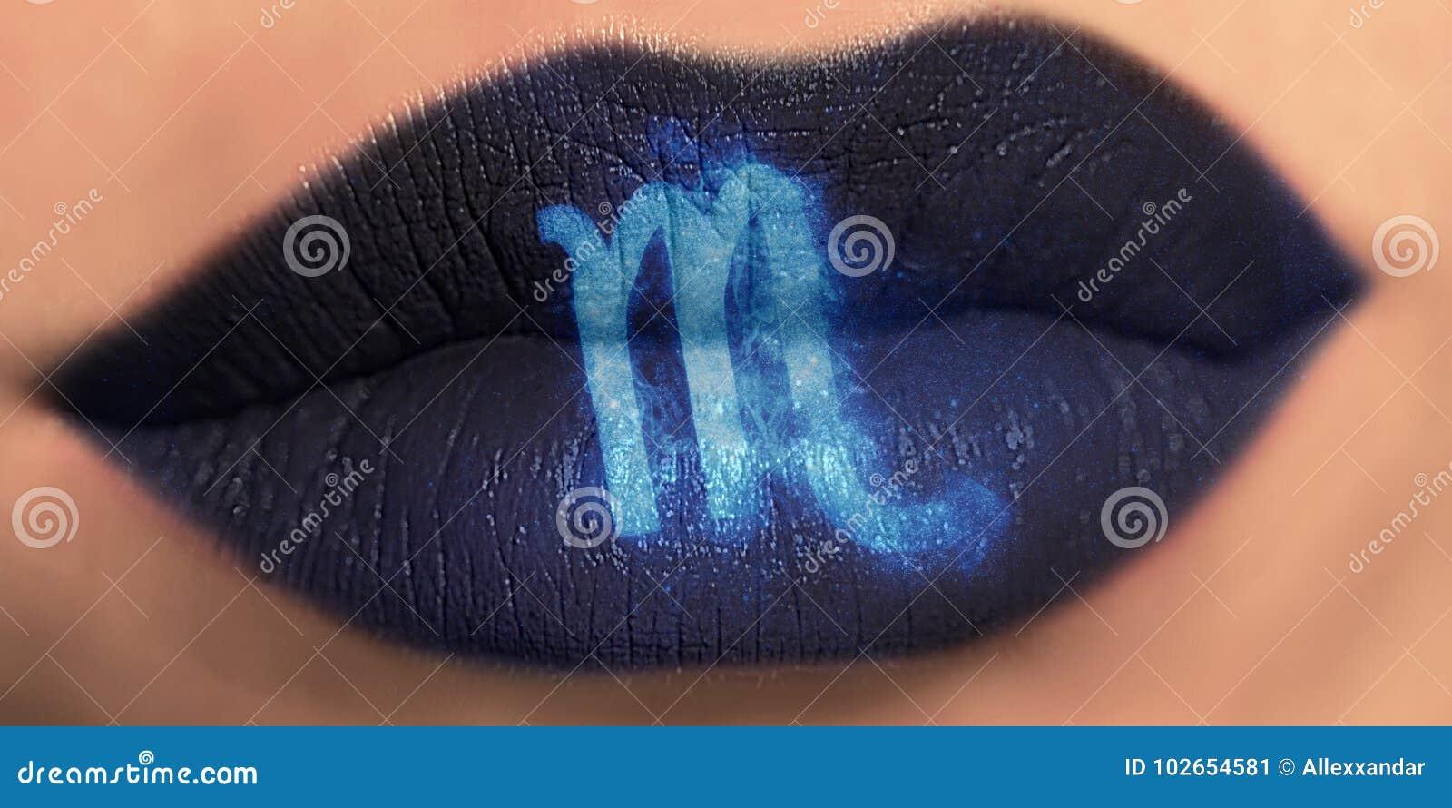 Trucco creativo d avanguardia del labbro Scorpione lucido brillante delle labbra del primo piano