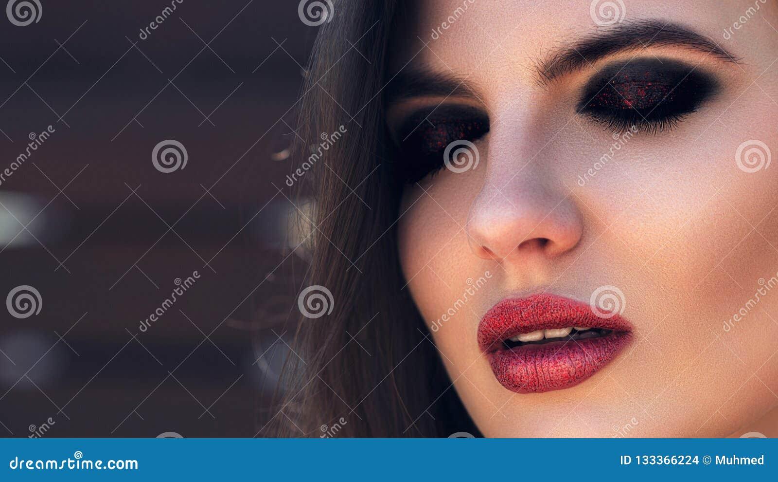 Trucco della donna labbra luminose rosse Ombretti scuri, sopracciglia perfette Il modo compone Bocca aperta sensuale, occhi vicin