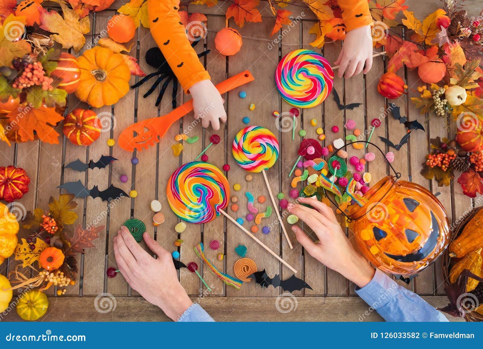 Truco de Halloween o caramelo y calabaza de la invitación