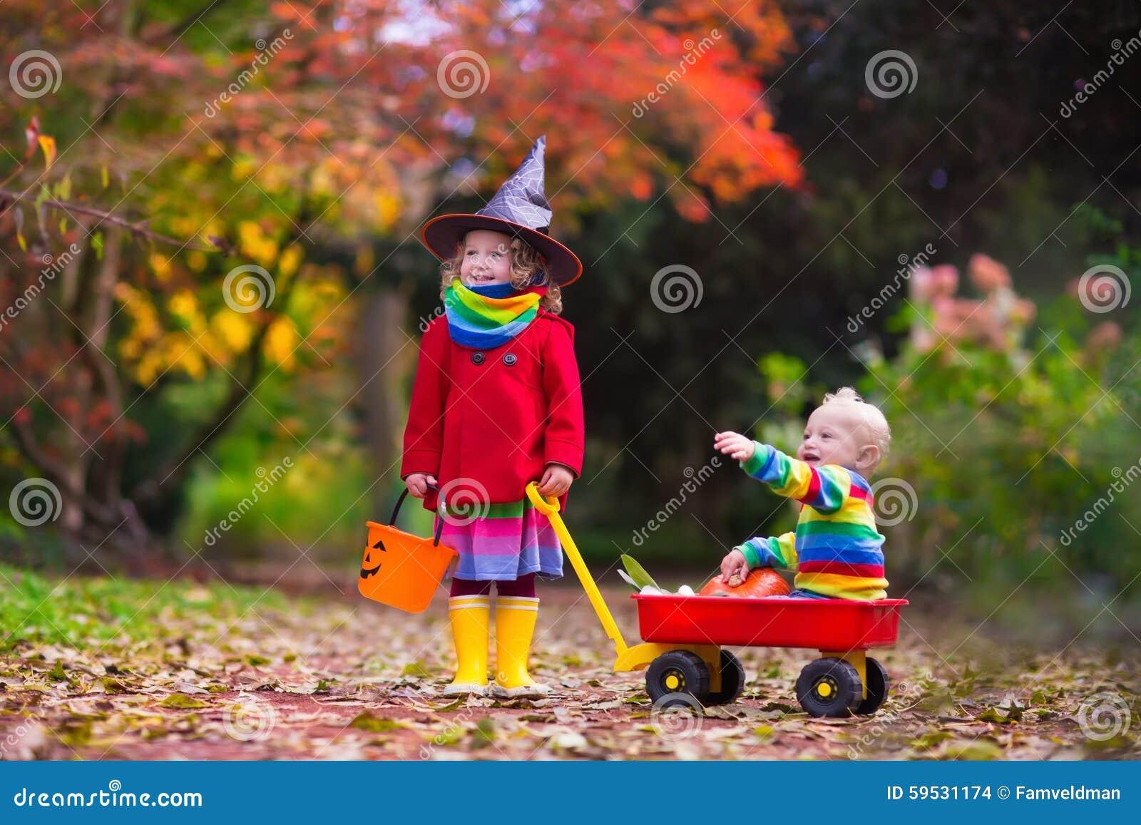 Truco o invitación de los niños en Halloween