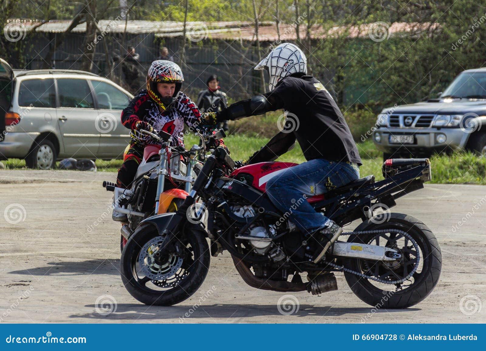 Trucos de la motocicleta, demostración en MTS Szczecin