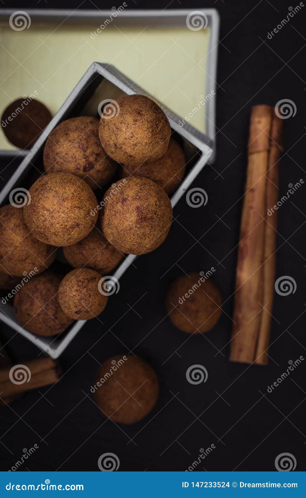 Trufas da canela do chocolate em uma caixa de presente dourada