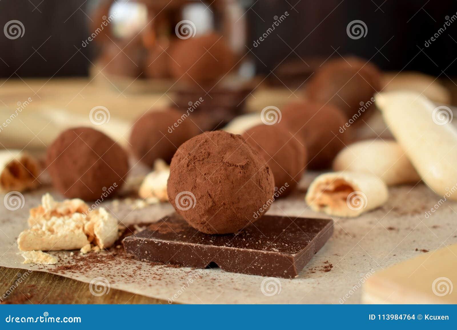 Trufas de chocolate asperjadas con el polvo de cacao