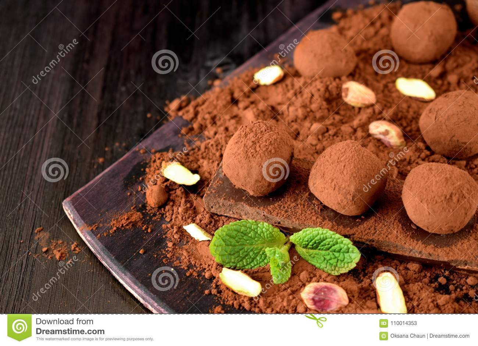 Trufas de chocolate cubiertas con el polvo de cacao