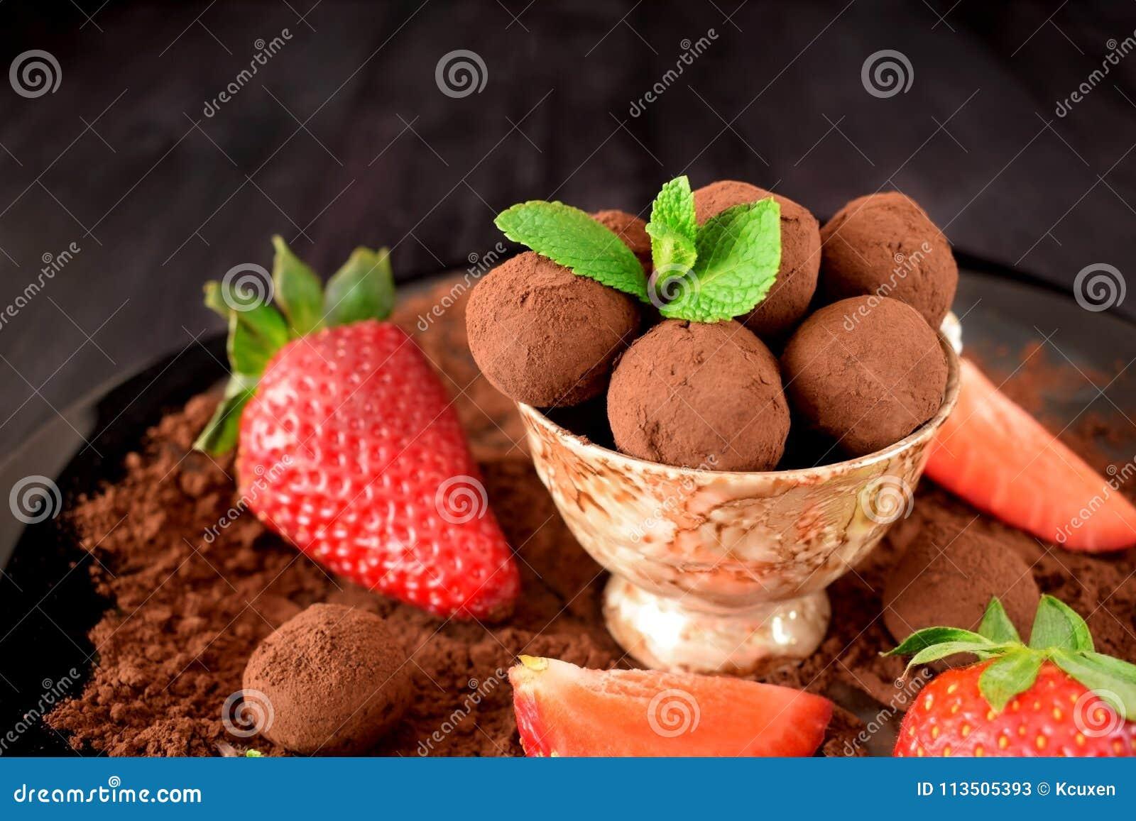 Trufas de chocolate en una taza marrón