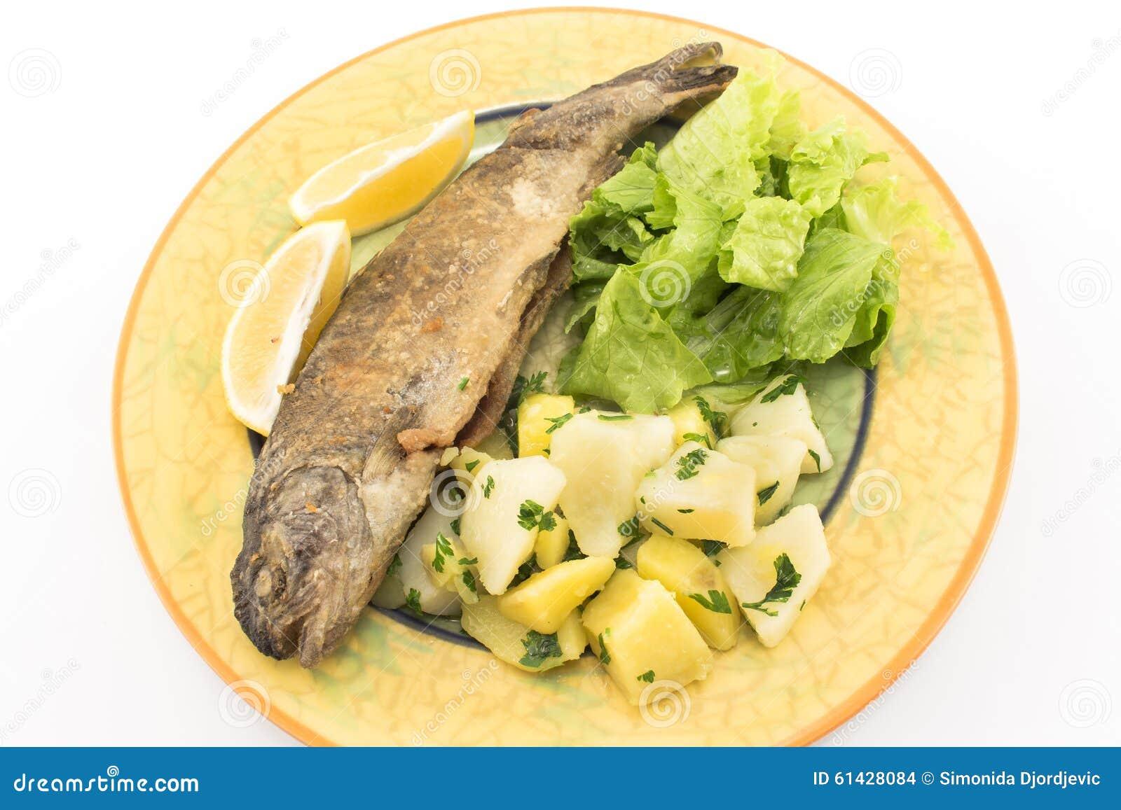 truite arc-en-ciel frit avec les pommes de terre et la salade verte