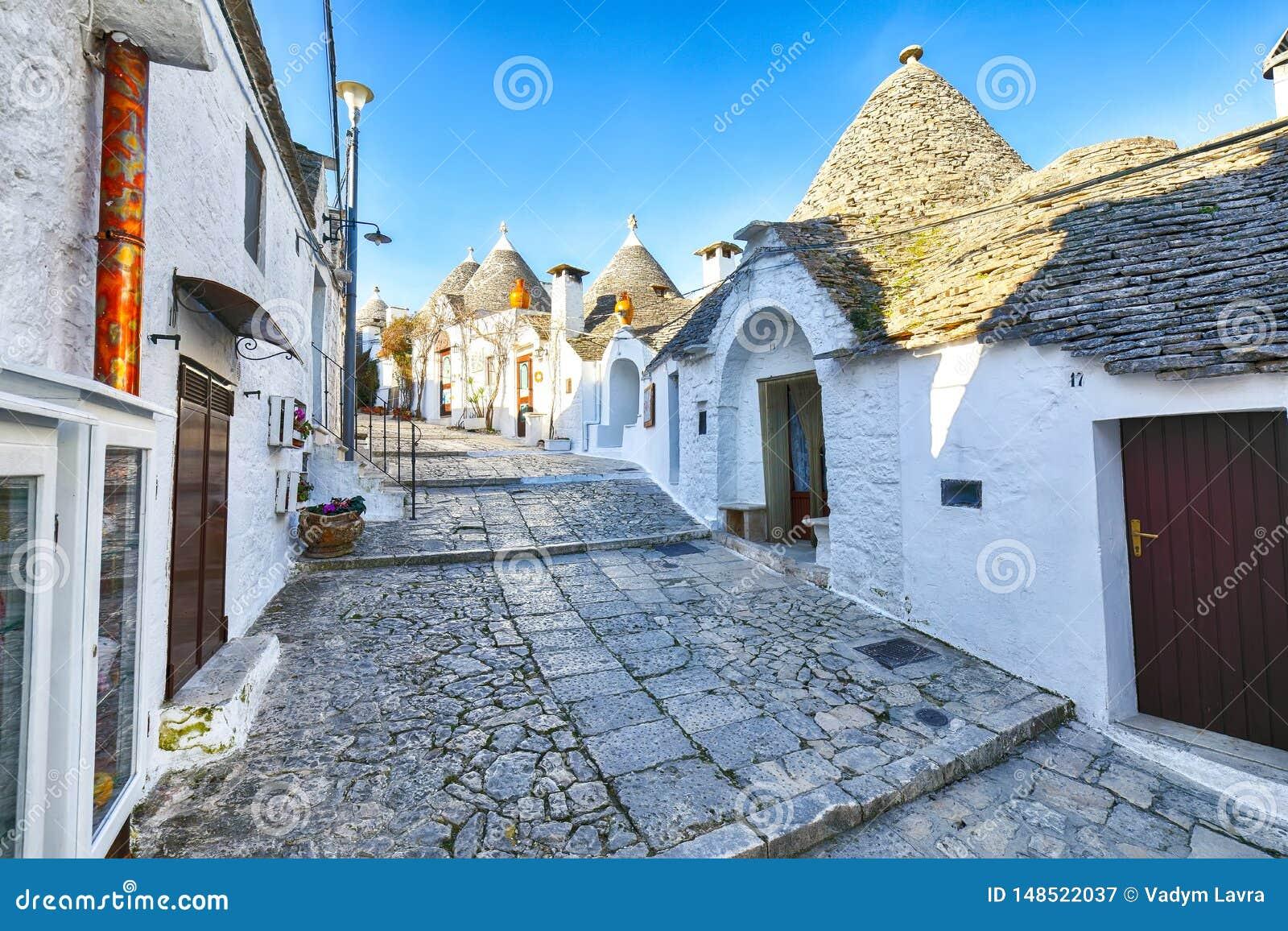 Trulli Alberobello dom?w ulicy typowy widok
