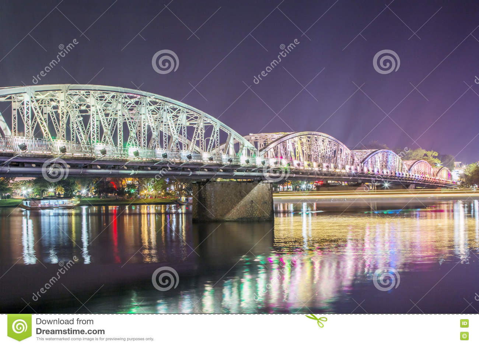 Truong连队桥梁夜视图在颜色的