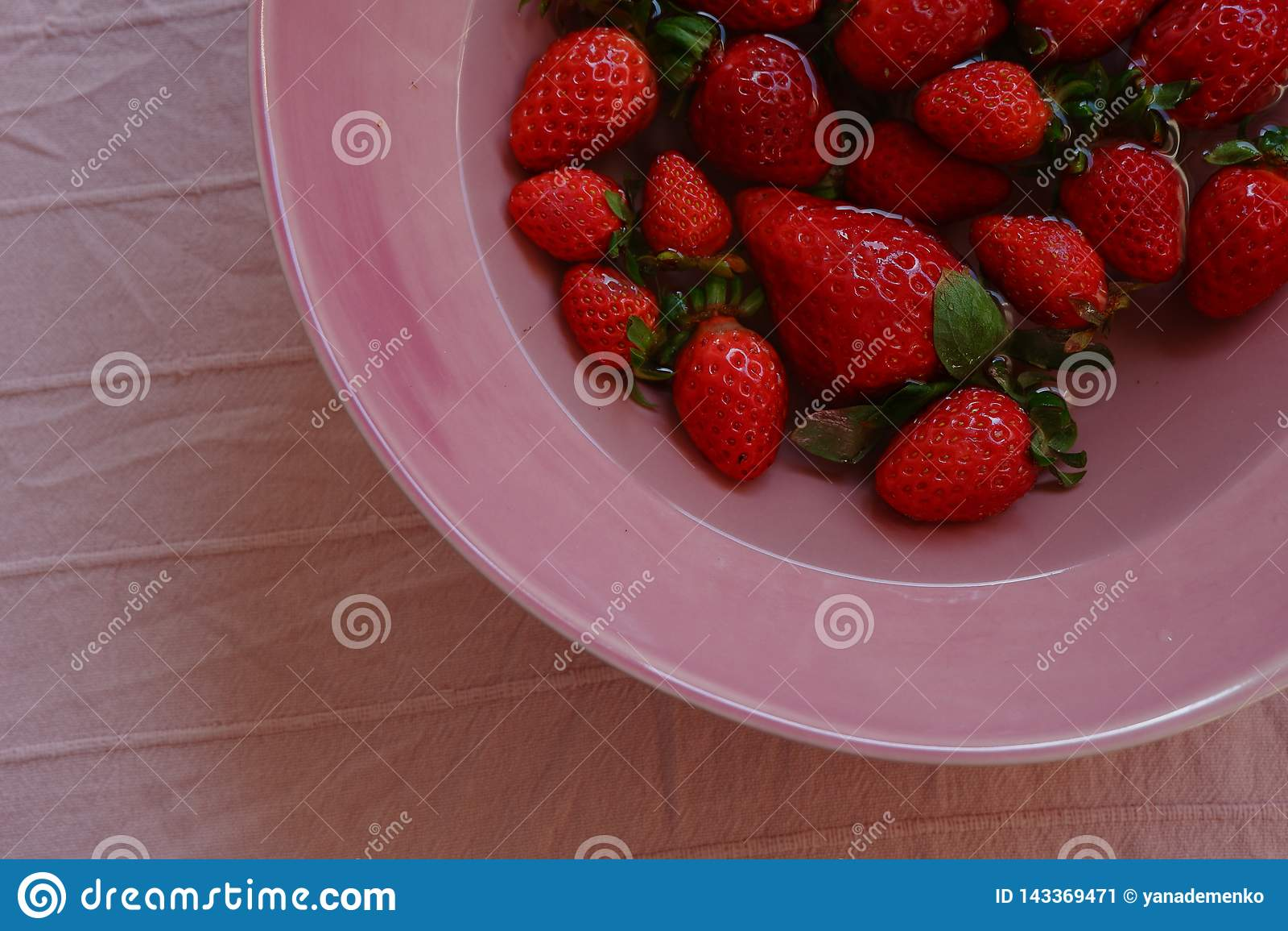 Truskawki na różowią talerza