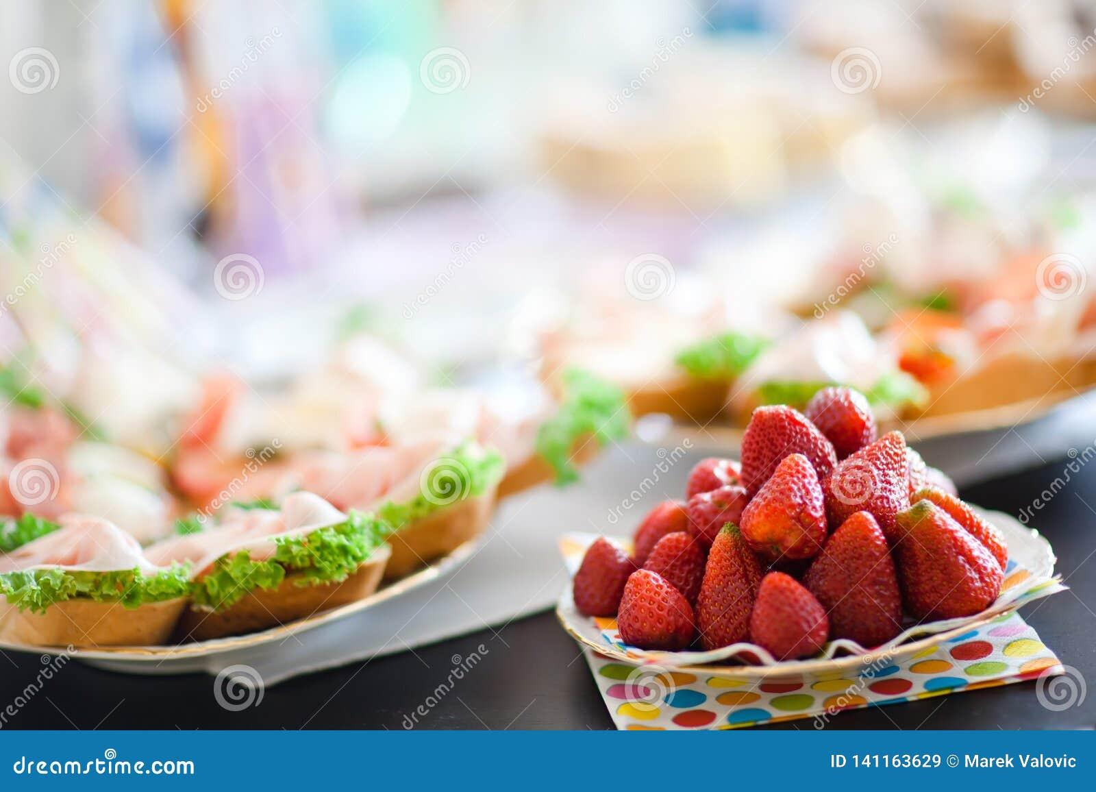 Truskawki na stole przed urodzinowym świętowaniem - lato