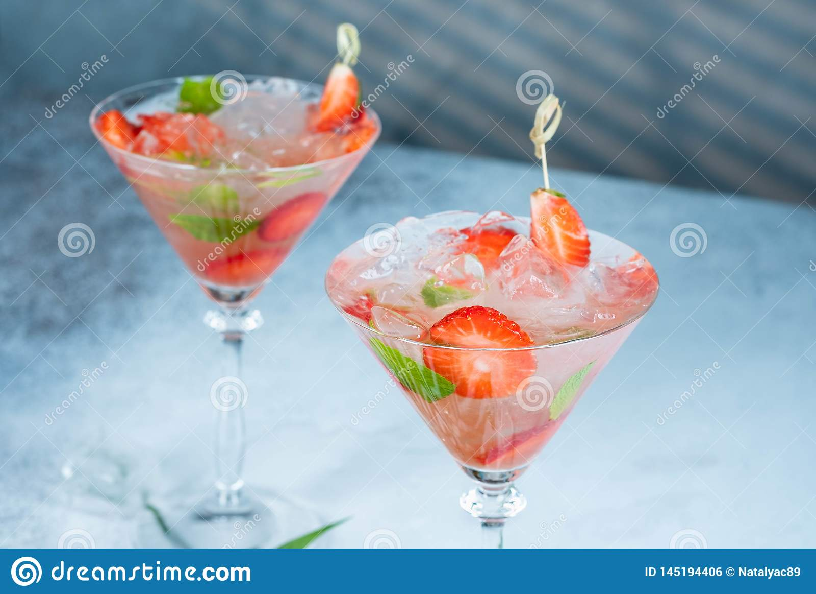 Truskawkowy lemoniady, alkoholiczki koktajl z lub