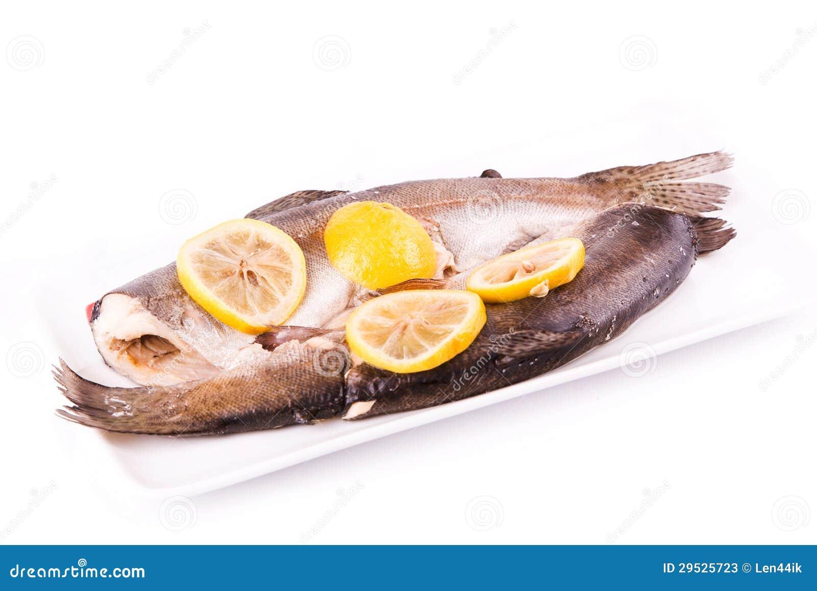 Truta com o limão cozinhado em um navio. Conceito saudável do alimento.