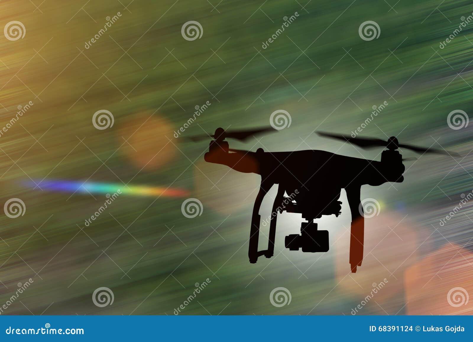 Truteń z 4K kamery lataniem