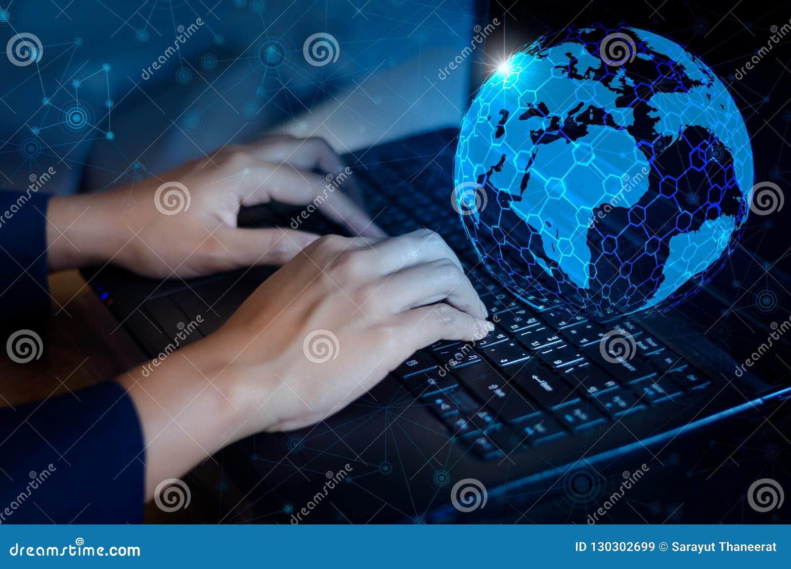 Tryck på skriver in knappen på datoren världskartan för nätverket för kommunikationen för affärslogistiken överför meddelandet fö