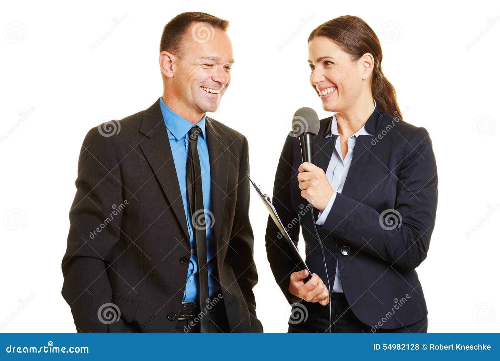 Tryck på tjänstemannen som ger intervju till journalisten