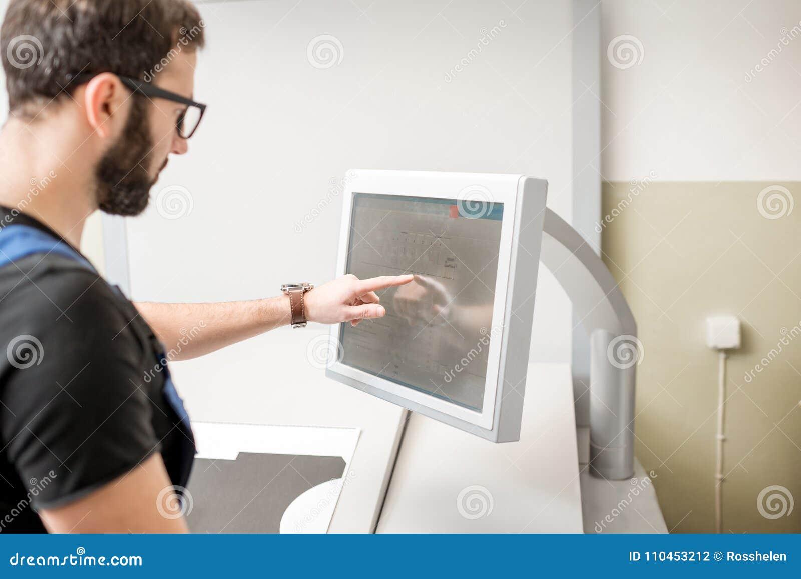 Trycka på skärmen av printingmaskinen