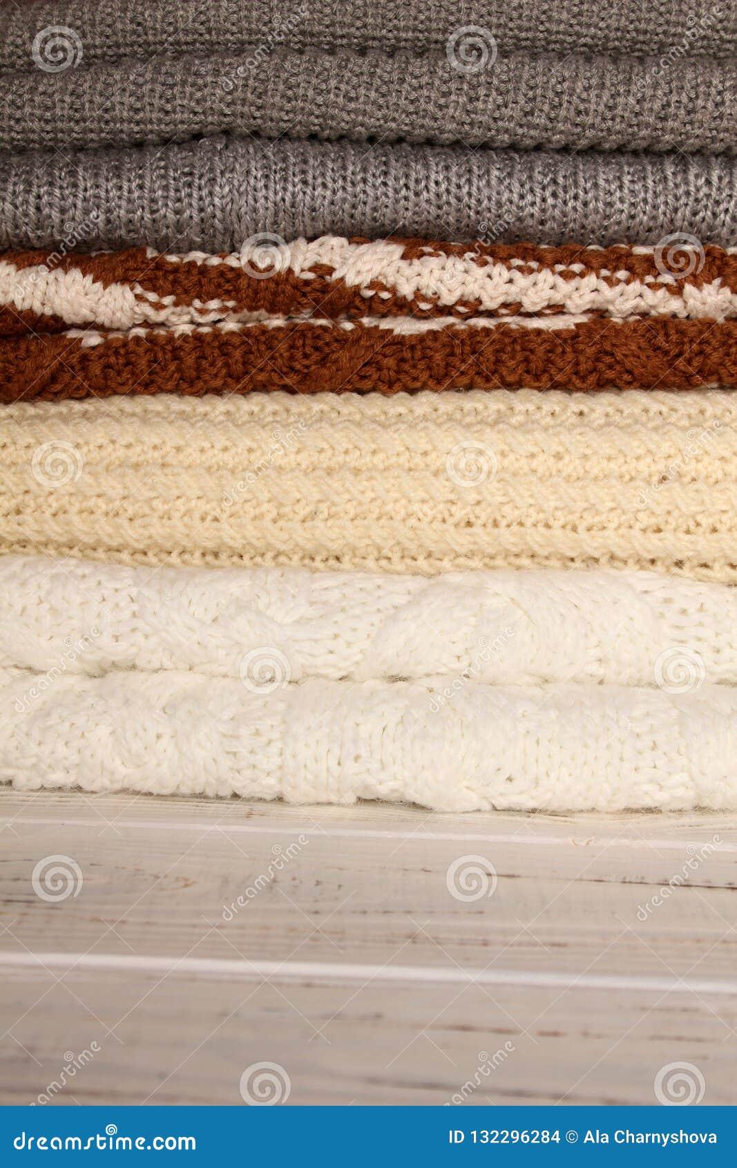 Trykotowi pulowery w różnych kolorach