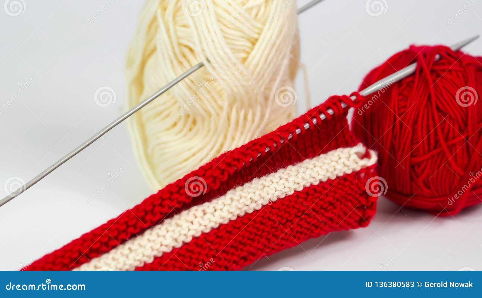 Trykotowy kawałek biała i czerwona wełna