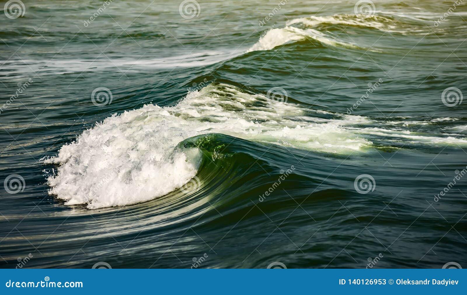 Trzasków ciężkiego morza fala masywne błękit fali przerwy z racą
