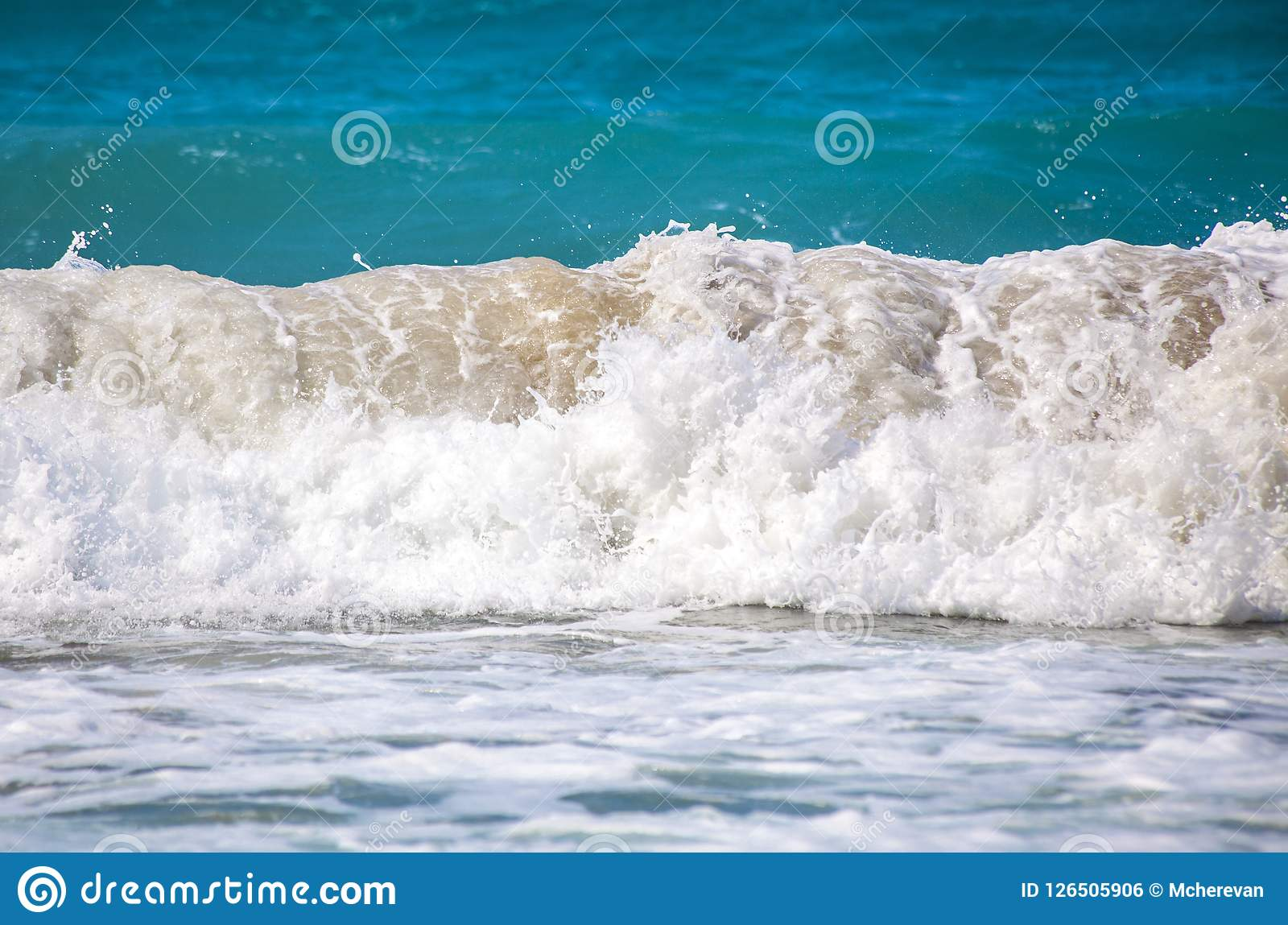 trzasków ciężkiego morza fala Roić się ocean Burza macha na plaży Obraz Royalty Free