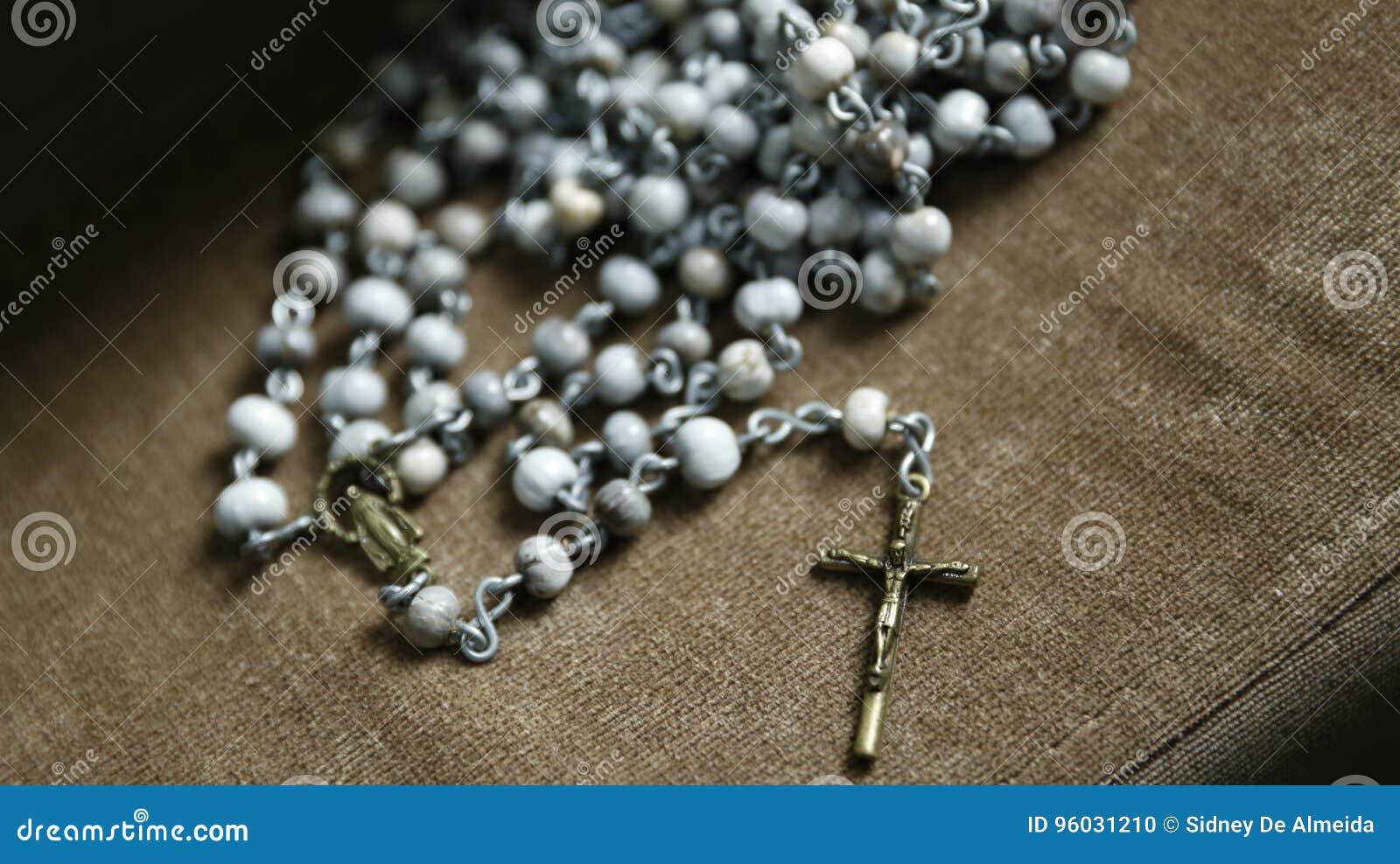 Trzeci różaniec z krucyfiksem i wizerunkiem Katolicki oddanie