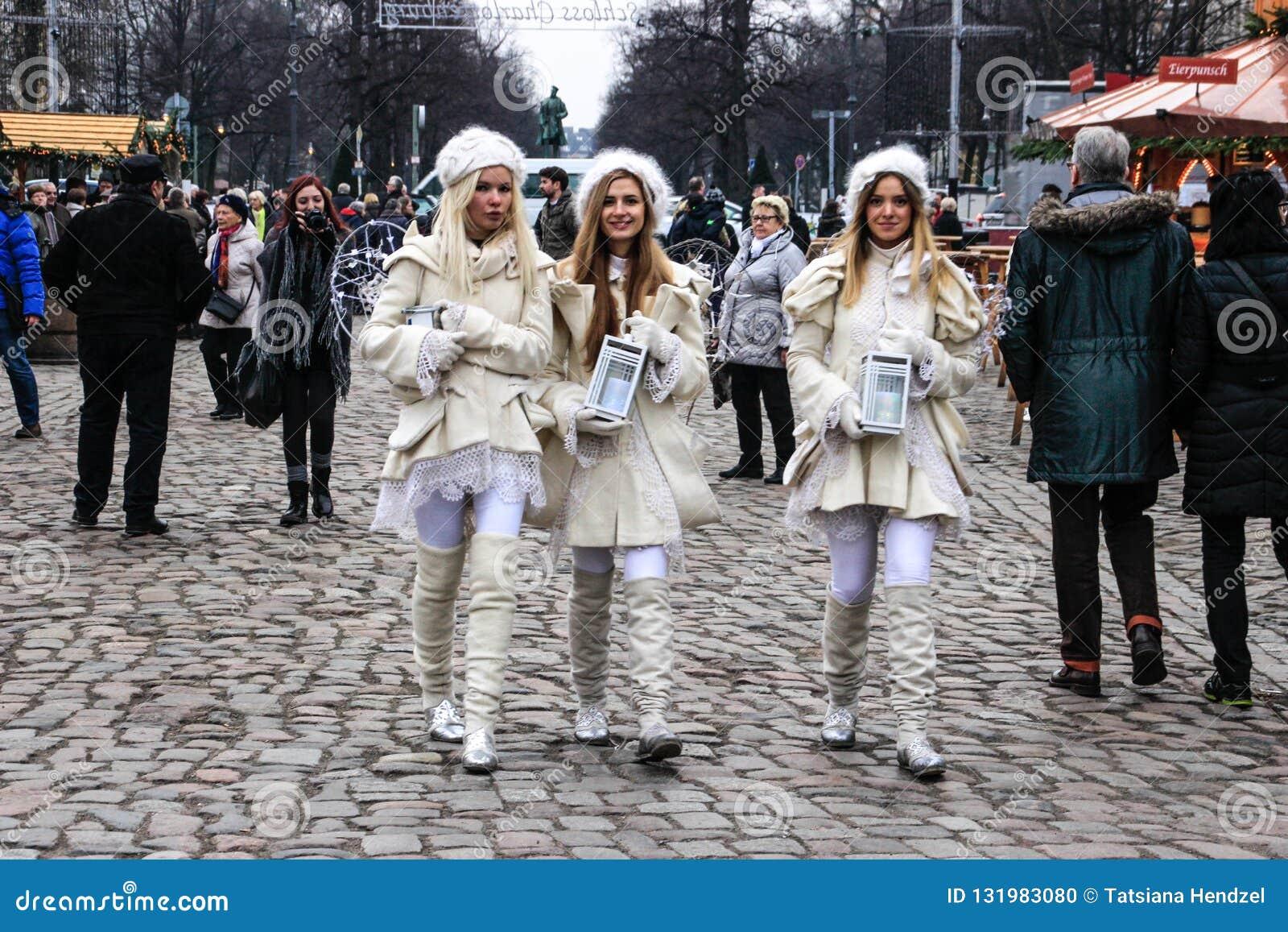 Trzy anioła chodzi przez bożych narodzeń wprowadzać na rynek w Berlin