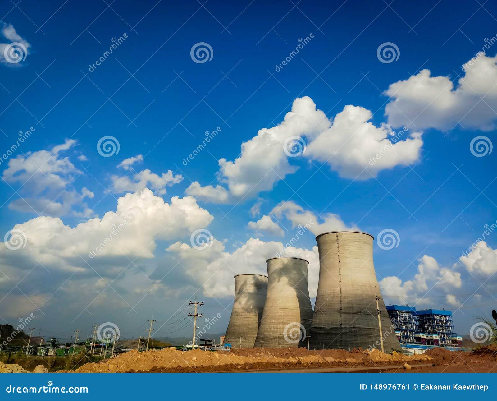 Trzy coolant wierza elektrownia w lao