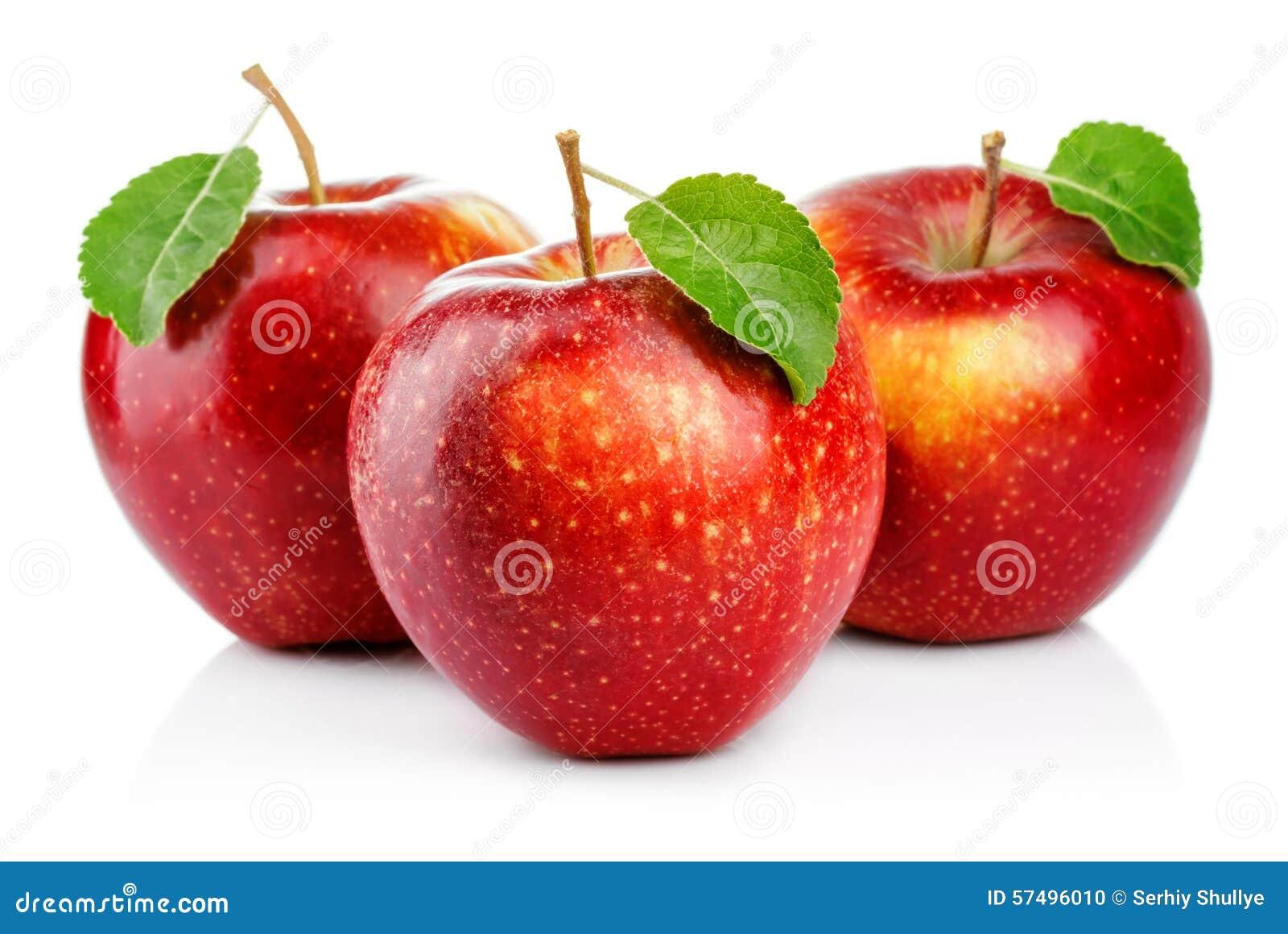 Trzy czerwonego jabłka z liściem odizolowywającym na bielu