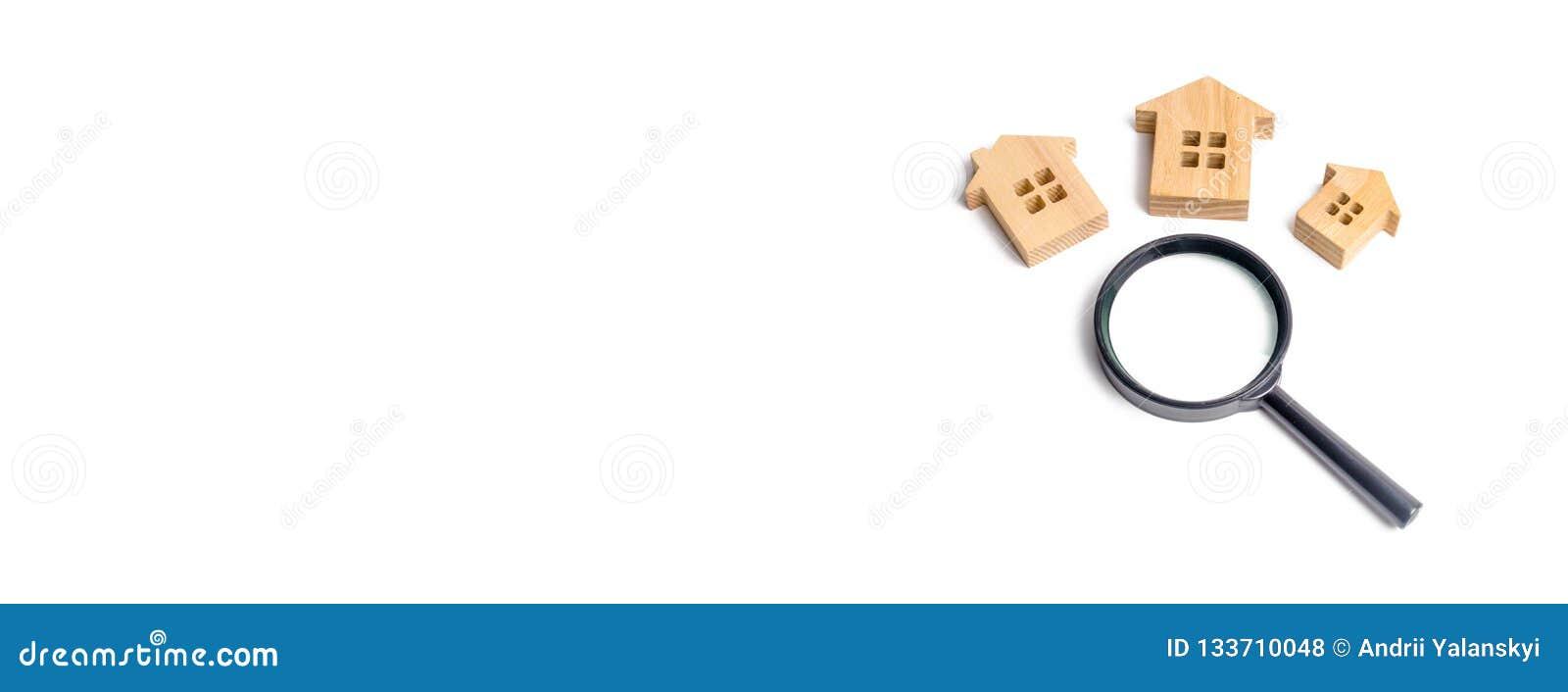 Trzy drewnianego domu na białym tle Kupienia i sprzedawania nieruchomość budynków nowi budynki, biura i domy, Przeszukanie domu
