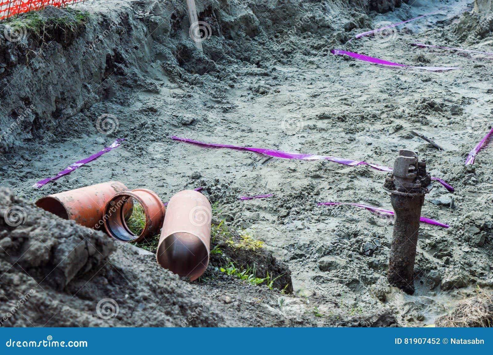 Trzy drymby w Earthen okopie dla robić rurociąg