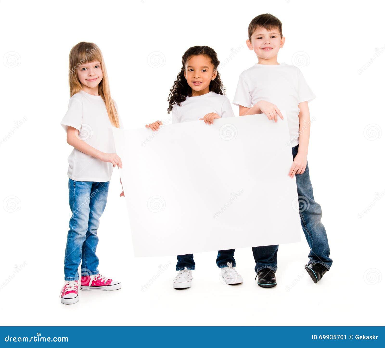 Trzy dziecka różna cera z pustym papierem ciąć na arkusze