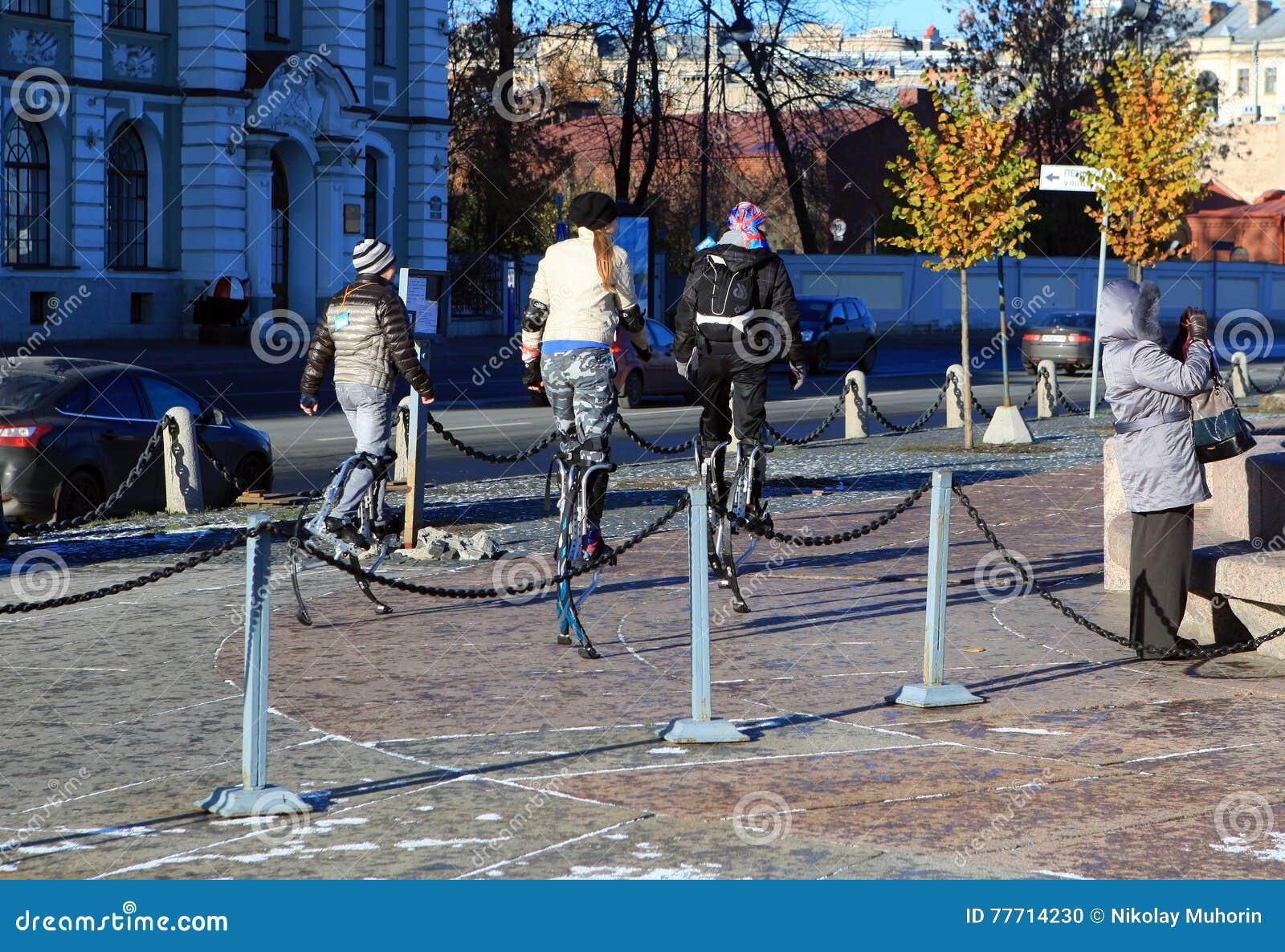 Trzy dziewczyny iść na stilts na Petrograd bulwarze, Petersburg
