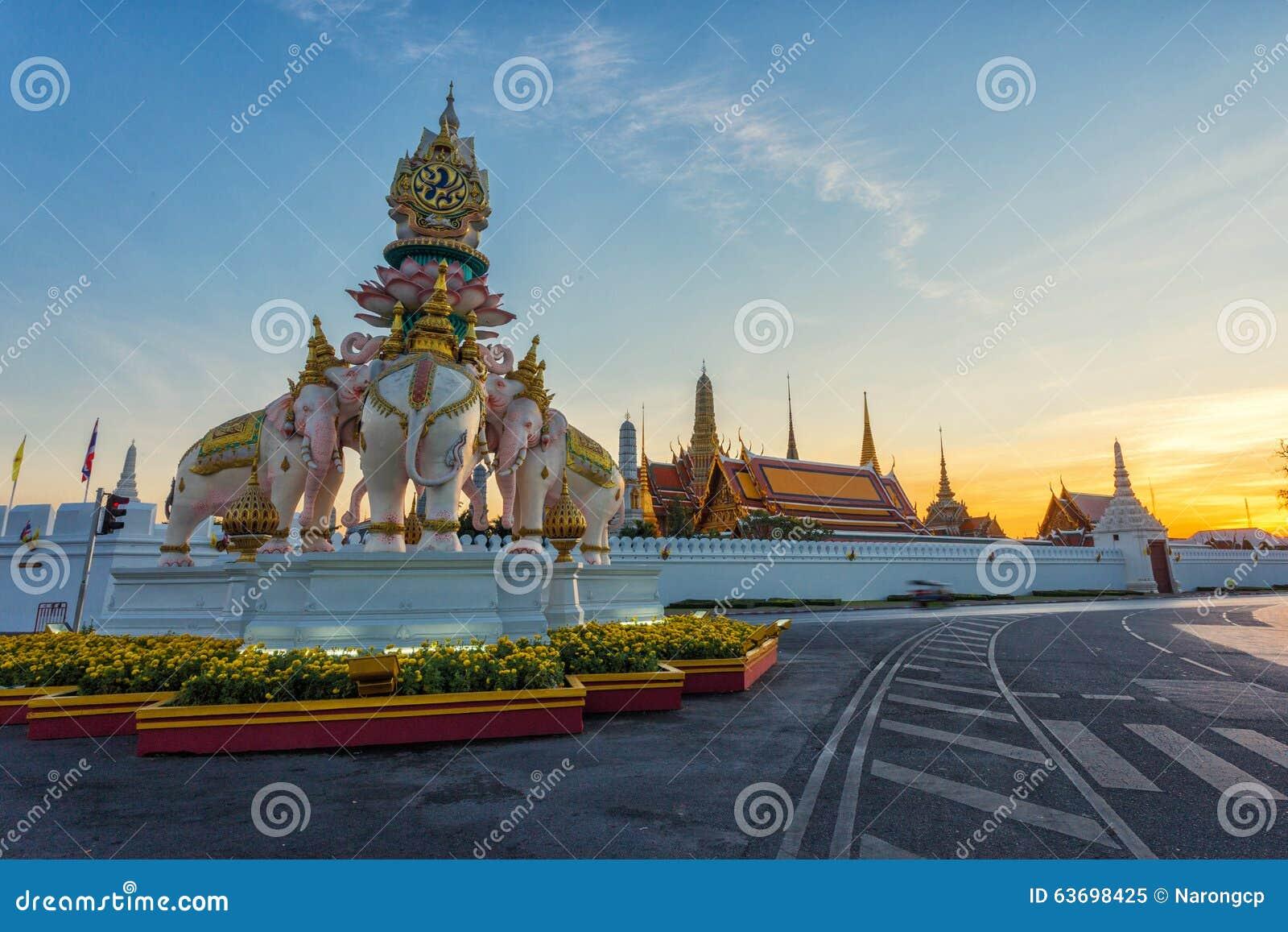 Trzy Erawan statuy i symbolu królewiątko Przed Uroczystym pałac,
