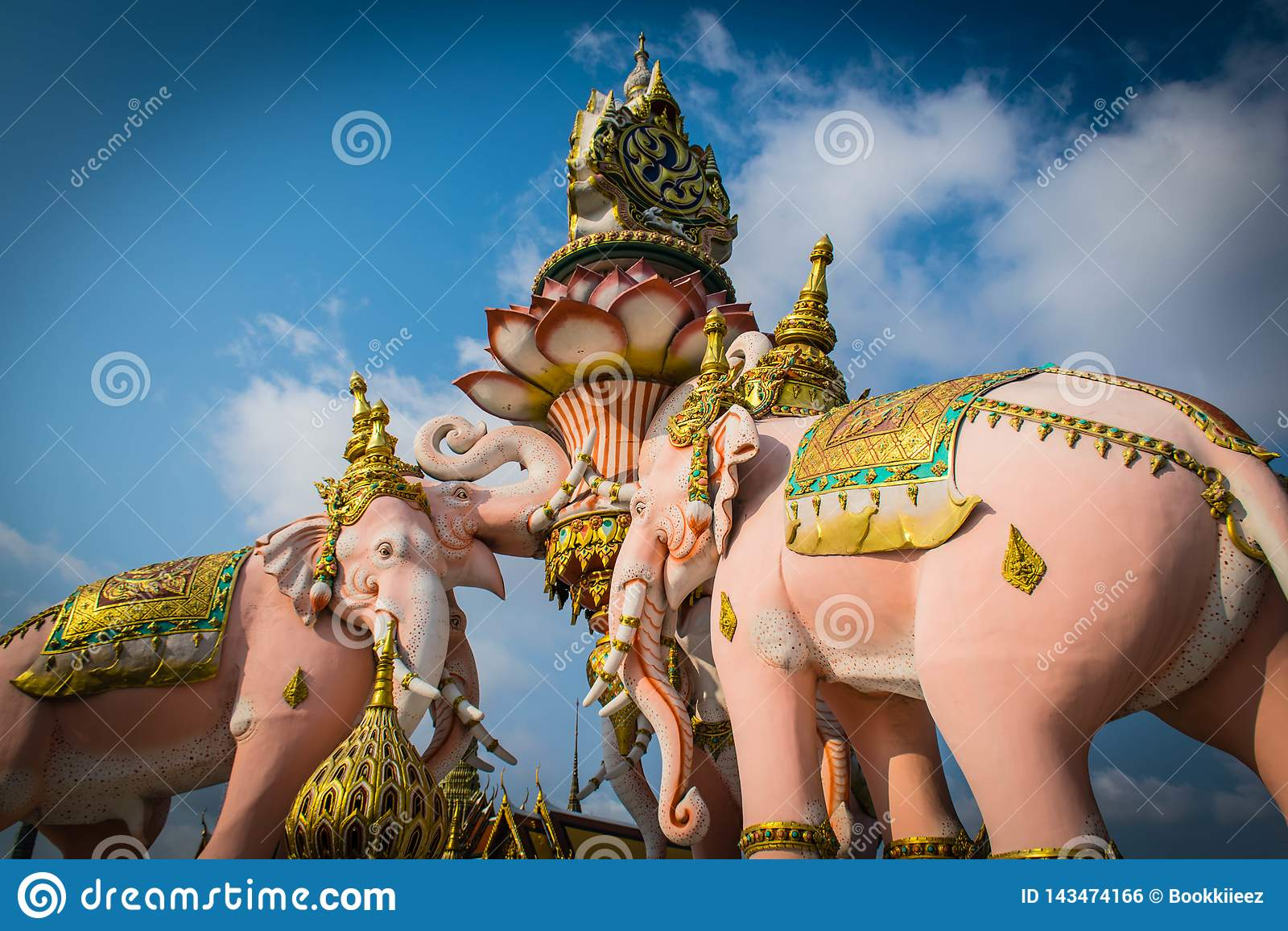 Trzy Erawan statuy i symbolu królewiątko Tajlandia przy Watem Phra Kaew w Bangkok, Tajlandia