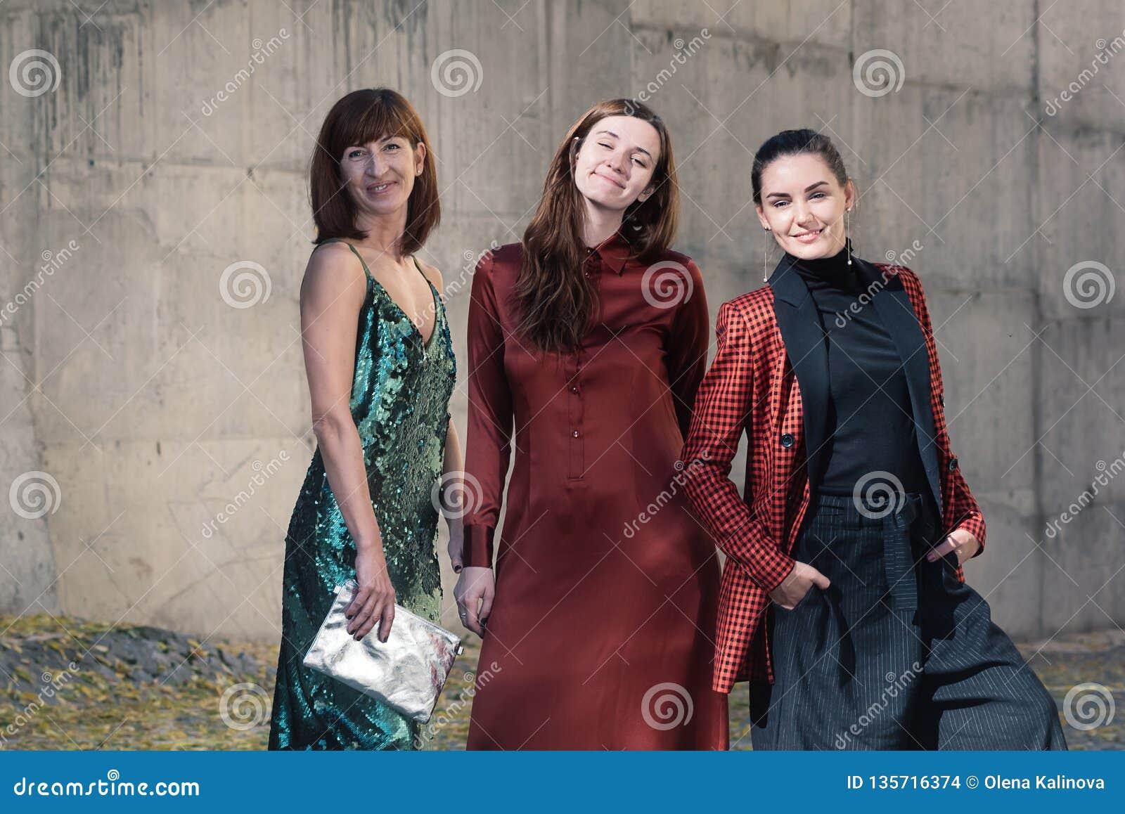 Trzy kobiet mody ulicy stylu ładny ono uśmiecha się