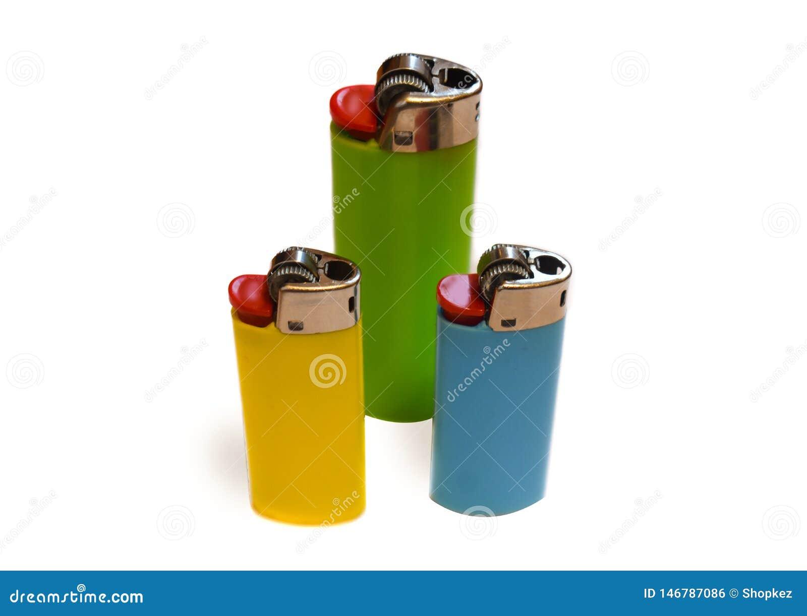 Trzy kolorowej zapalniczki odizolowywającej na białym tle z kopii przestrzenią