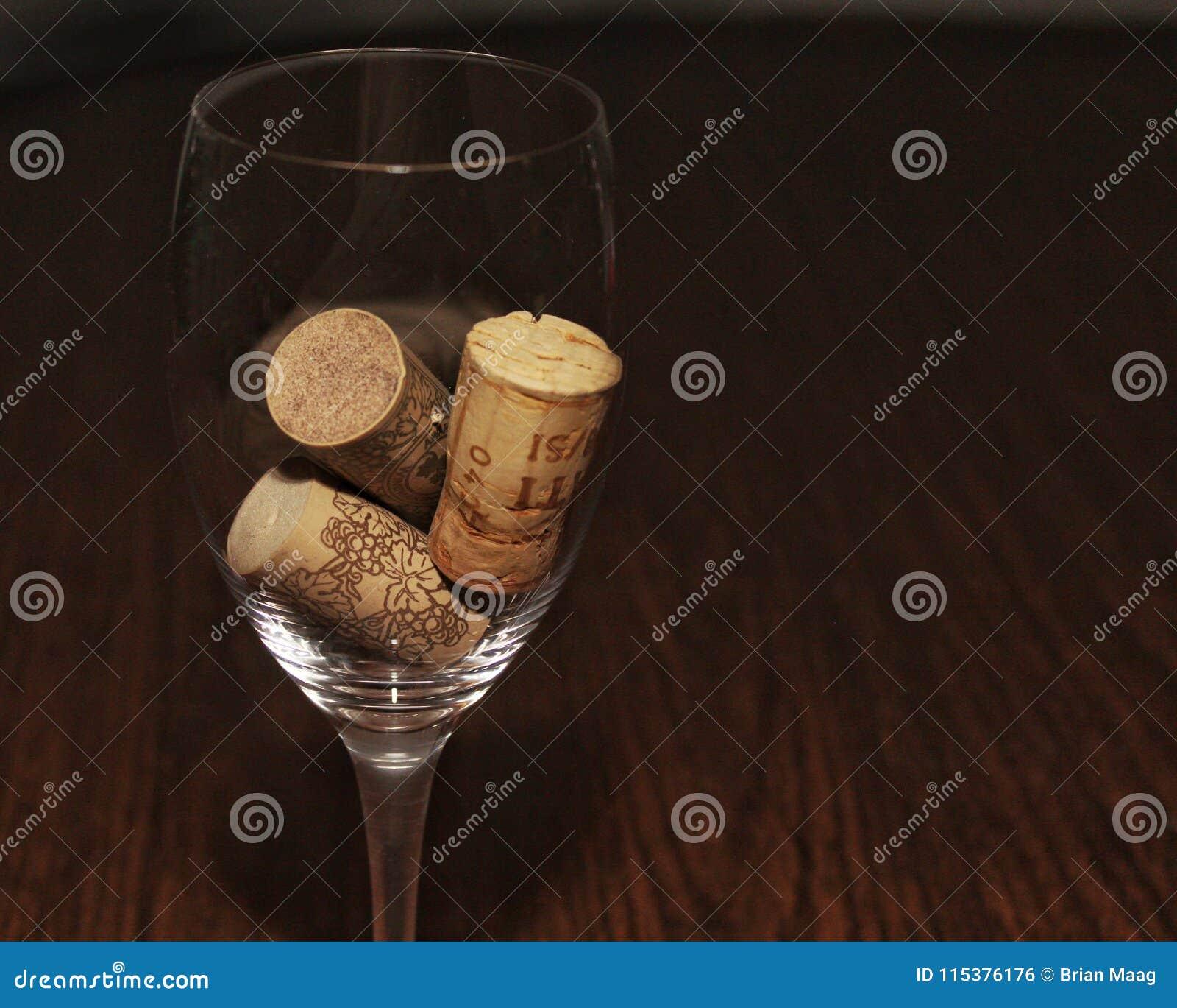 Trzy korka w wina szkła lewej stronie