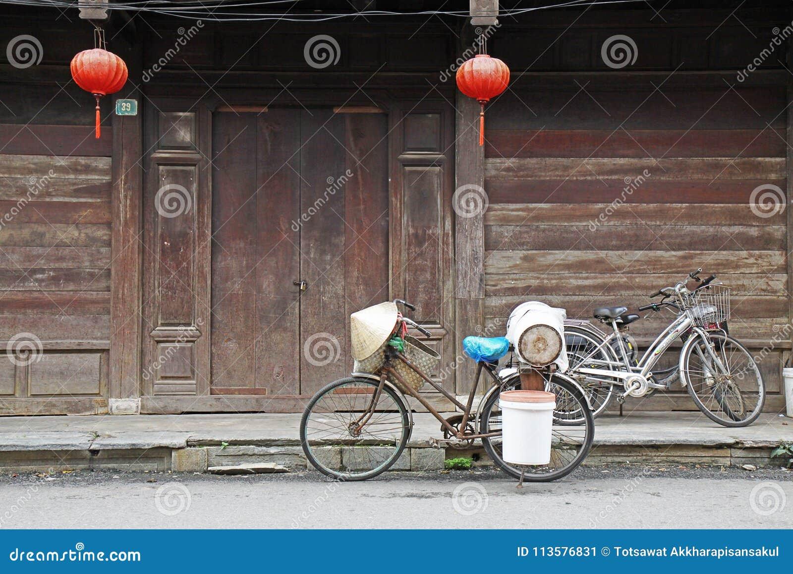 Trzy lokalnego bicyklu przed drewnianym drzwi