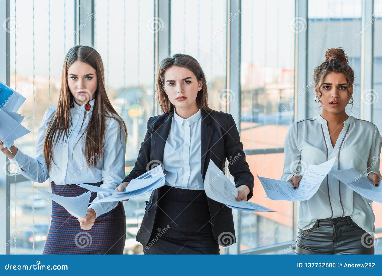 Trzy młodej pięknej brunetki biznesowej damy w biurze Wszystko poważny, opowiadający z each inny