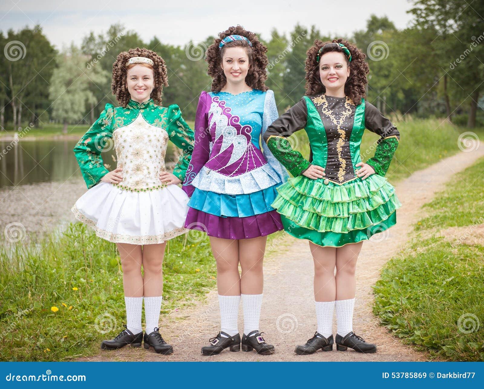 Trzy młodej pięknej dziewczyny w irlandzkiego tana smokingowy pozować plenerowy