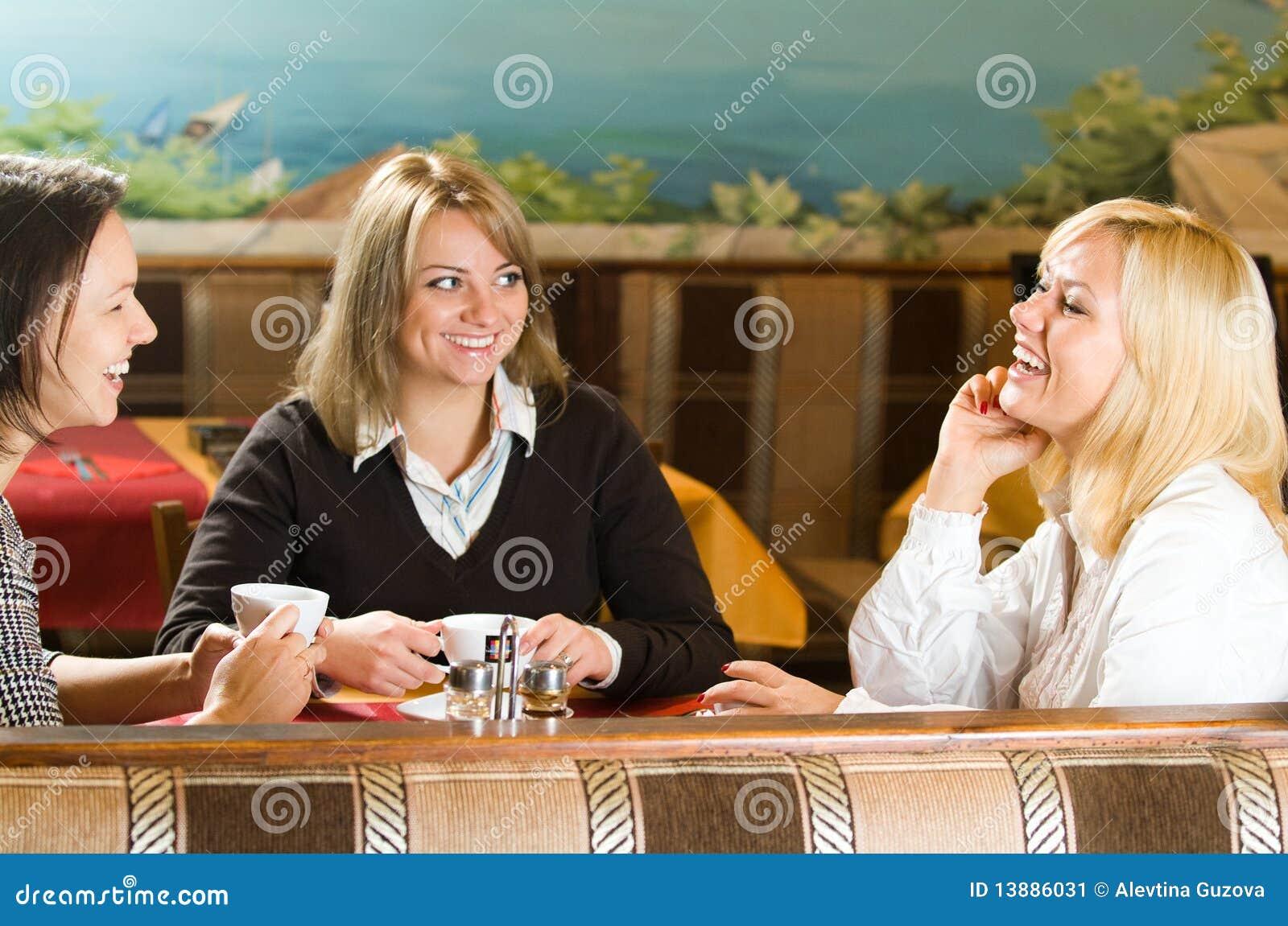 Trzy młodych kobiet target1146_0_