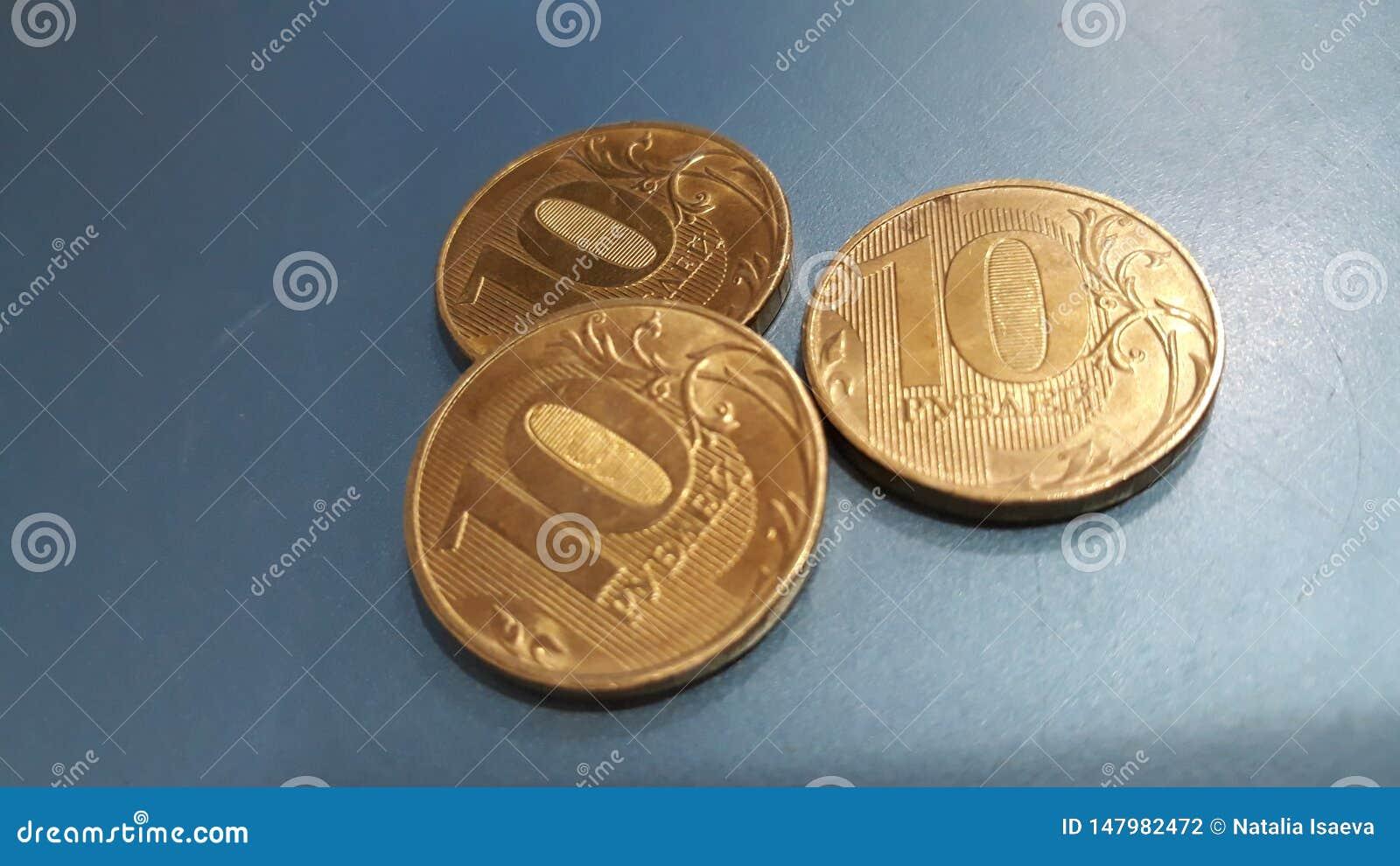 Trzy metal monet kłamstwo na stole