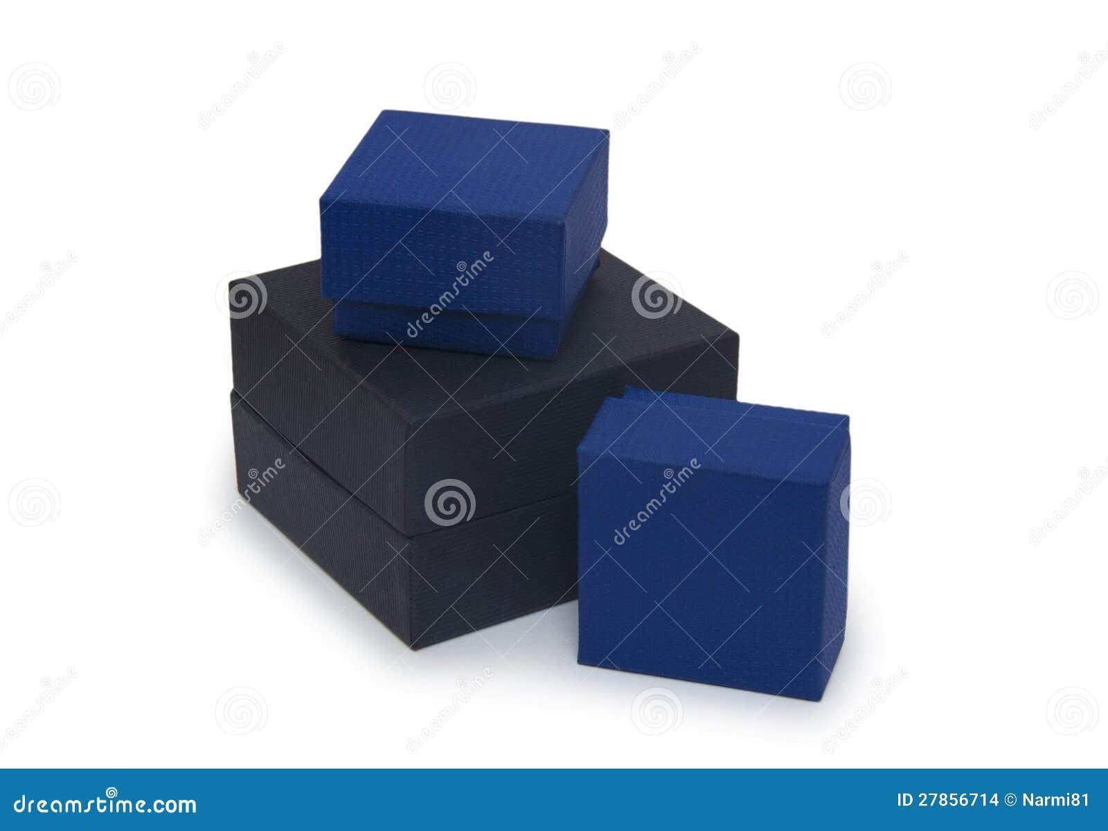Trzy odizolowywający na biel prezenta pudełko