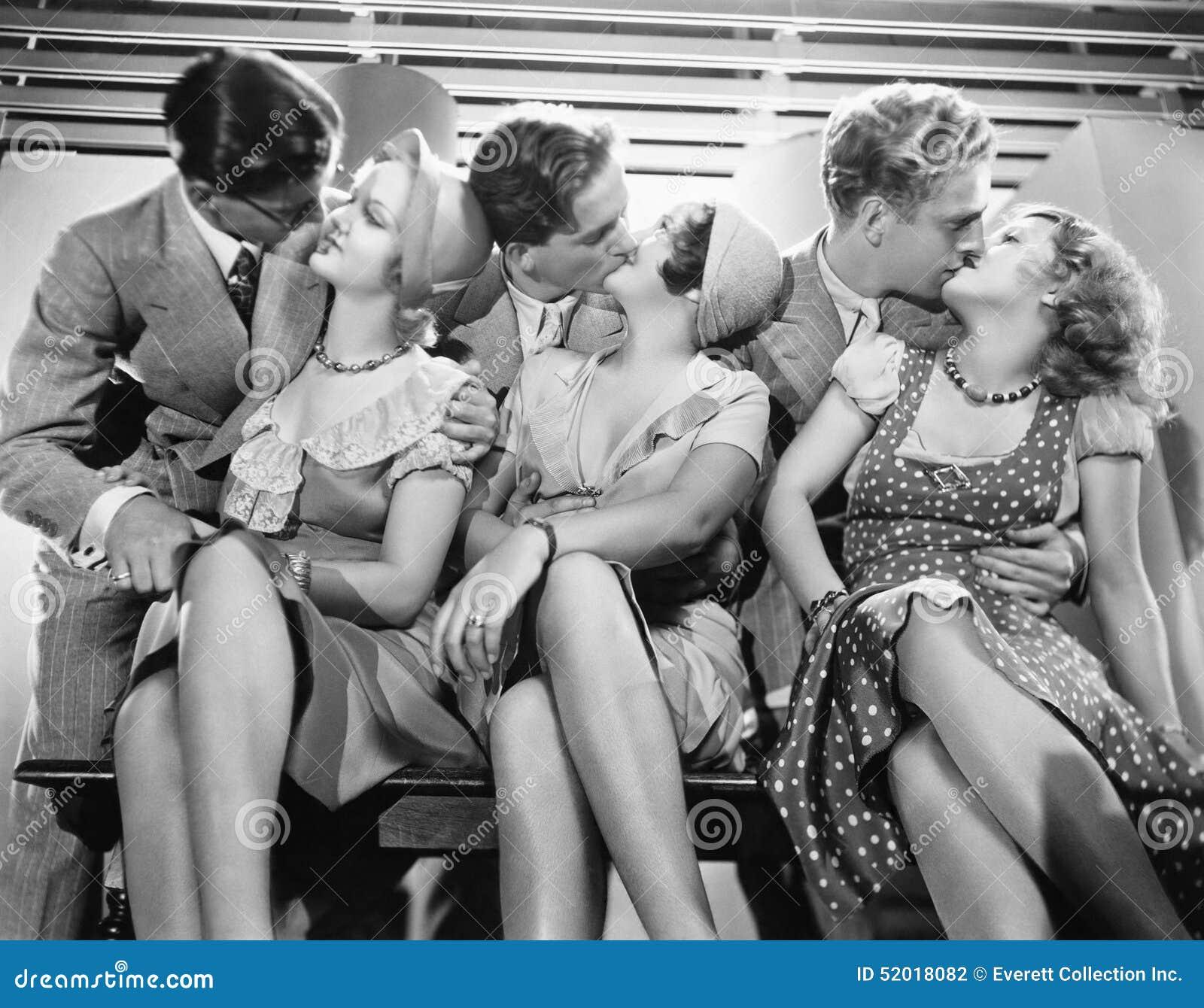Trzy pary romancing i całuje (Wszystkie persons przedstawiający no są długiego utrzymania i żadny nieruchomość istnieje Dostawca