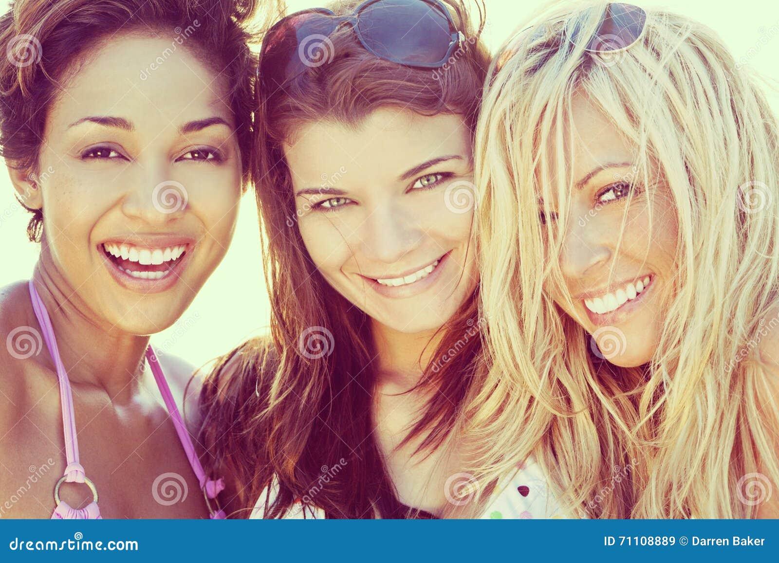Trzy Pięknego młoda kobieta przyjaciela Śmia się Przy plażą