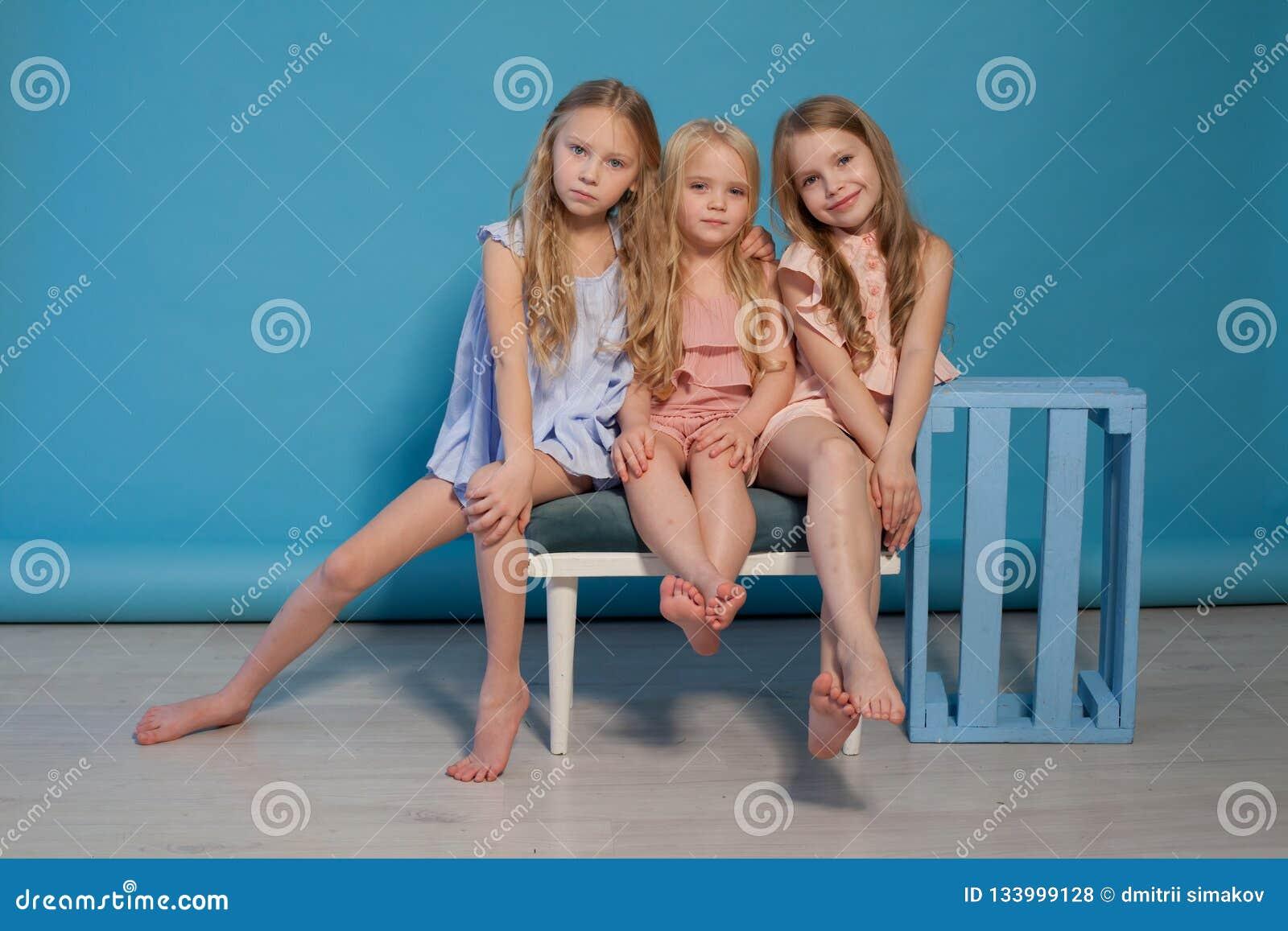 Trzy pięknej małych dziewczynek sukni mody portreta siostry