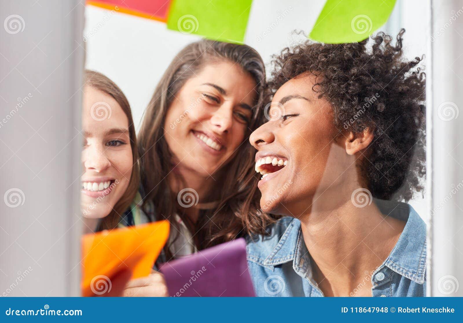 Trzy pomyślnej młodej kobiety w uruchomienie drużynie