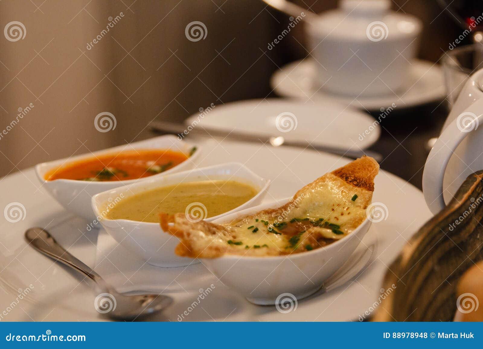 Trzy porci polewka w restauraci