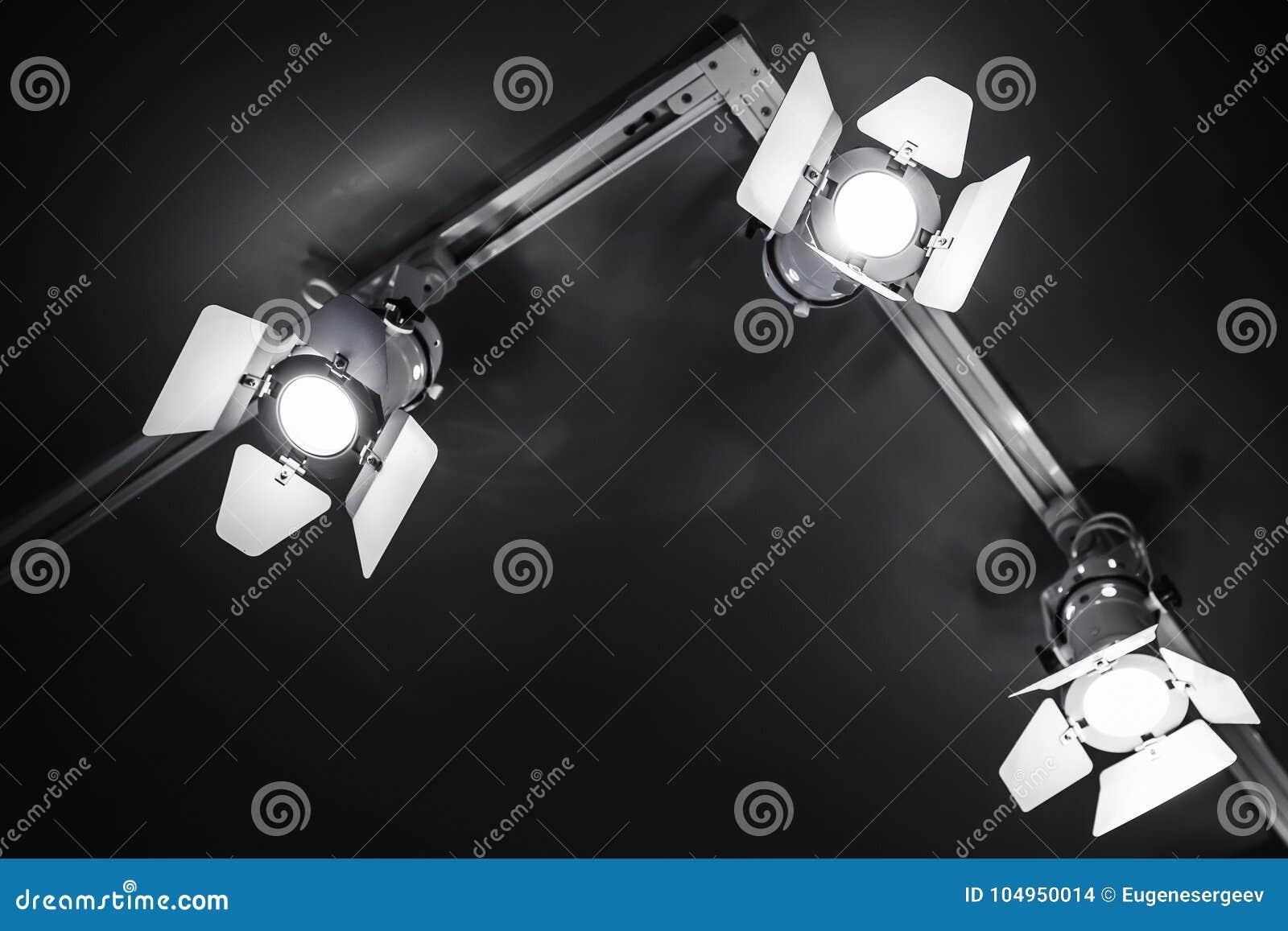 Trzy punktu światła w metalu ciele nad czernią