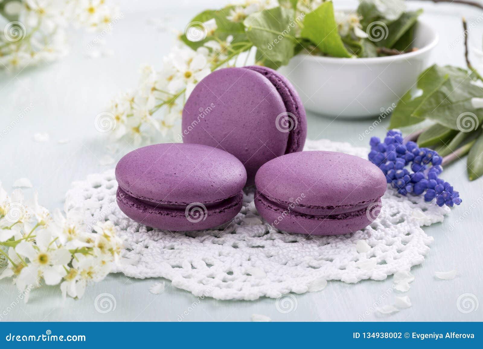 Trzy purpurowego macaroons kwiatu i ciastka